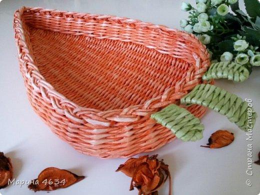 Приветствую всех!   Хочу показать несколько своих последних работ.  Морковку увидела в пинах и загорелась. Плела на станочке. Бортик двойной,  соединила стойки и  закончила косичкой. фото 3