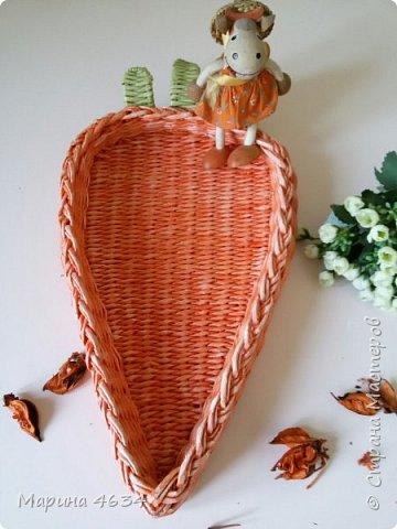 Приветствую всех!   Хочу показать несколько своих последних работ.  Морковку увидела в пинах и загорелась. Плела на станочке. Бортик двойной,  соединила стойки и  закончила косичкой. фото 2