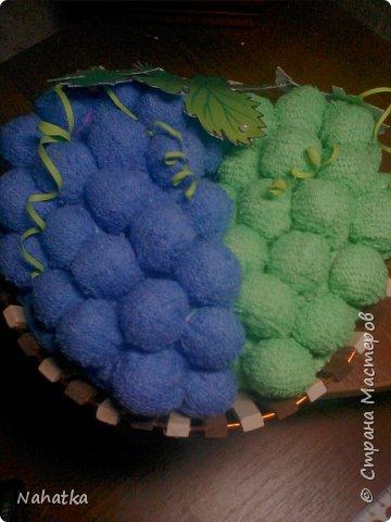 Такие подарочки на 8 Марта получили в этом году мои мама и свекровь. Вещи банальные,но нужные, к тому же подаренные в необычном виде.Идею корзинки с полотенцами в виде фруктов )клубники, груш, яблок, вишни) увидела  в интернете. Вот у меня получился виноград. Внутри каждой виноградинки  конфетка. фото 2