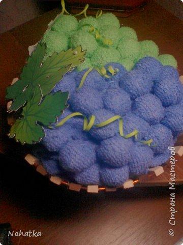 Такие подарочки на 8 Марта получили в этом году мои мама и свекровь. Вещи банальные,но нужные, к тому же подаренные в необычном виде.Идею корзинки с полотенцами в виде фруктов )клубники, груш, яблок, вишни) увидела  в интернете. Вот у меня получился виноград. Внутри каждой виноградинки  конфетка. фото 5