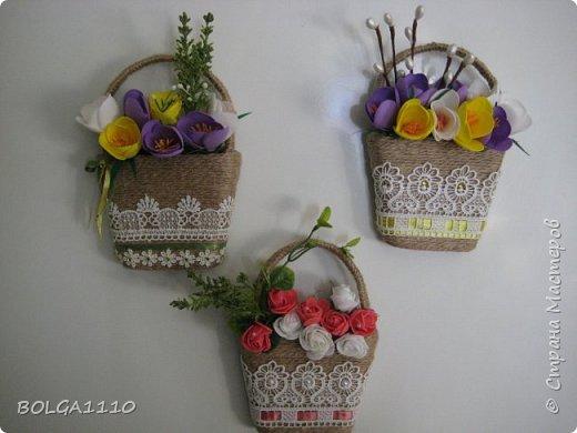 В стране появилось много магнитиков в форме корзинок с цветами.Я решила сделать свой вариант,а заодно попробовать делать цветы из фома.Представляю на ваш суд мой первый опыт. фото 1