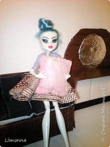 Всем привет.Меня зовут Аня более известная как про100 Анютка.Я решила изменить страничку в стране мастеров. Где-то 3 месяца назад я поняла что куклы меня не интересуют и сложила всё в коробку,но примерно через месяц мы с мамой уберались и я нашла эту коробку.Я достала из неё кукол и поняла что кукломания это не излечимо.Я начала опять что-то шить и мастерить для кукол.Но вдруг вспомнила что есть страна мастеров.Я зашла сюда посмотрела свои старые работы и поняла что надо всё менять.Удалила все свои блоги и информацию о себе и начала жить с новой страничкой и новым именем - теперь я Limonna.А сегодня родители купили мне куклу.Она шарнирная подделка под монстер хай.Назвала её Мэйбл.И так смотрите мой блог.Кстати всё шила и вязала сама,но это только маленькая часть  фото 8