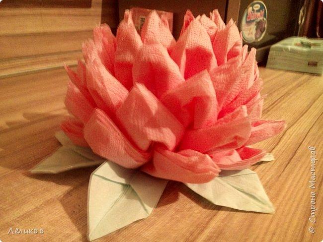 Увидела видео в одноклассниках как сделать цветок из салфеток. Очень понравилось, решила повторить. Вот что у меня получилось. фото 3