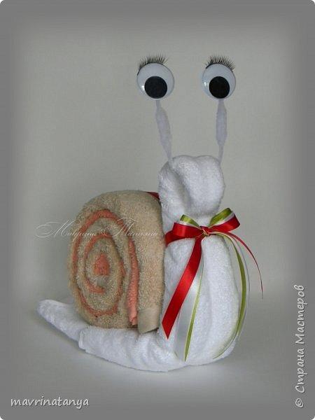 Здравствуйте! Сотворилась в подарок вот такая улитка из полотенец. На ее изготовление потребовалось: полотенце (50*90 см) - 3 шт., синельная проволока, бегающие декоративные глазки, атласная лента. фото 1