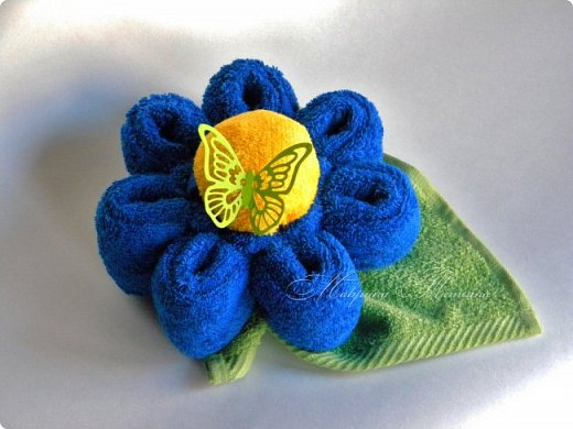 Цветок из полотенец. Для его изготовления понадобилось: полотенце (50*90 см) - 1 шт., полотенце (30*30 см) - 1 шт., салфетка махровая (25*25 см) - 1 шт. фото 2