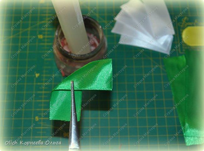Здравствуйте. В своем мастер-классе я покажу, как изготовить клубничку/земляничку из атласной ленты. Недавно мне понадобилось сделать клубнику. Просмотрела другие мастер-классы по изготовлению клубники, но там использовали атласную ленту шириной 5 см. В моих запасах оказалась лента в два раза уже. Пришлось работать с ней. Я попробовала сделать лист похожий на лист клубники, изготовление цветка и ягоды также отличается. Кому стало интересно, предлагаю изготовить эту яркую ягодку, которую можно носить как заколку или брошку. фото 16