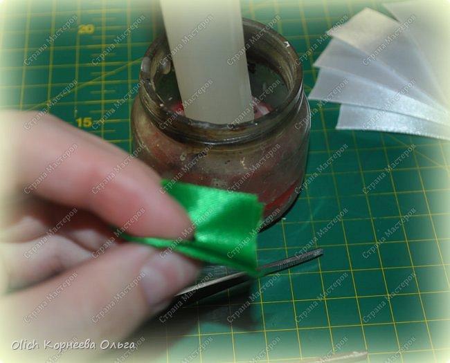 Здравствуйте. В своем мастер-классе я покажу, как изготовить клубничку/земляничку из атласной ленты. Недавно мне понадобилось сделать клубнику. Просмотрела другие мастер-классы по изготовлению клубники, но там использовали атласную ленту шириной 5 см. В моих запасах оказалась лента в два раза уже. Пришлось работать с ней. Я попробовала сделать лист похожий на лист клубники, изготовление цветка и ягоды также отличается. Кому стало интересно, предлагаю изготовить эту яркую ягодку, которую можно носить как заколку или брошку. фото 18