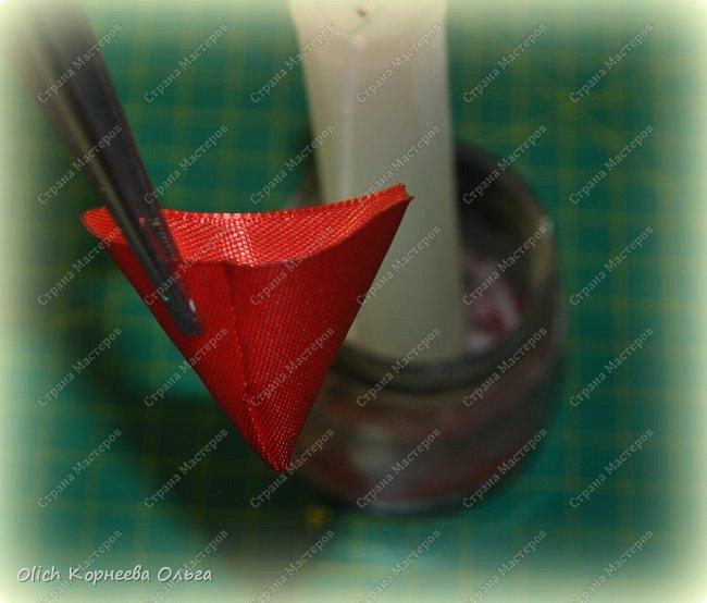 Здравствуйте. В своем мастер-классе я покажу, как изготовить клубничку/земляничку из атласной ленты. Недавно мне понадобилось сделать клубнику. Просмотрела другие мастер-классы по изготовлению клубники, но там использовали атласную ленту шириной 5 см. В моих запасах оказалась лента в два раза уже. Пришлось работать с ней. Я попробовала сделать лист похожий на лист клубники, изготовление цветка и ягоды также отличается. Кому стало интересно, предлагаю изготовить эту яркую ягодку, которую можно носить как заколку или брошку. фото 27