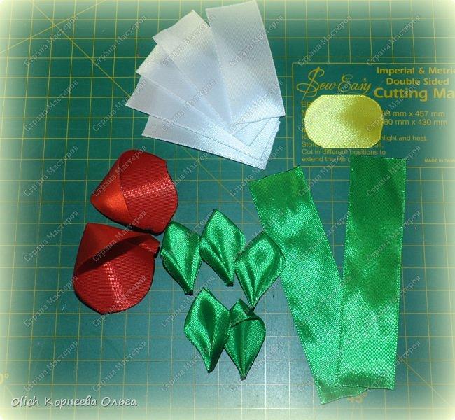 Здравствуйте. В своем мастер-классе я покажу, как изготовить клубничку/земляничку из атласной ленты. Недавно мне понадобилось сделать клубнику. Просмотрела другие мастер-классы по изготовлению клубники, но там использовали атласную ленту шириной 5 см. В моих запасах оказалась лента в два раза уже. Пришлось работать с ней. Я попробовала сделать лист похожий на лист клубники, изготовление цветка и ягоды также отличается. Кому стало интересно, предлагаю изготовить эту яркую ягодку, которую можно носить как заколку или брошку. фото 28