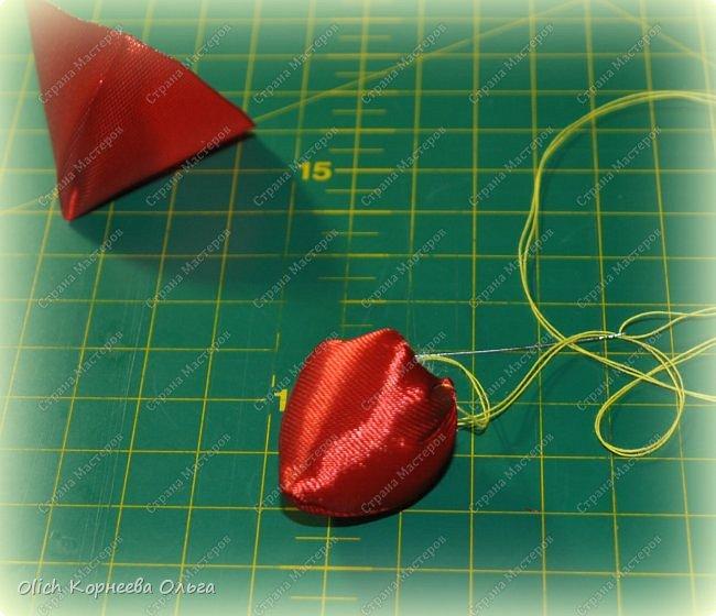 Здравствуйте. В своем мастер-классе я покажу, как изготовить клубничку/земляничку из атласной ленты. Недавно мне понадобилось сделать клубнику. Просмотрела другие мастер-классы по изготовлению клубники, но там использовали атласную ленту шириной 5 см. В моих запасах оказалась лента в два раза уже. Пришлось работать с ней. Я попробовала сделать лист похожий на лист клубники, изготовление цветка и ягоды также отличается. Кому стало интересно, предлагаю изготовить эту яркую ягодку, которую можно носить как заколку или брошку. фото 37