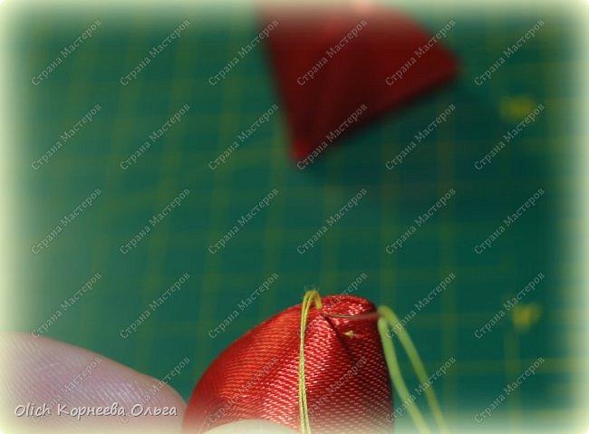 Здравствуйте. В своем мастер-классе я покажу, как изготовить клубничку/земляничку из атласной ленты. Недавно мне понадобилось сделать клубнику. Просмотрела другие мастер-классы по изготовлению клубники, но там использовали атласную ленту шириной 5 см. В моих запасах оказалась лента в два раза уже. Пришлось работать с ней. Я попробовала сделать лист похожий на лист клубники, изготовление цветка и ягоды также отличается. Кому стало интересно, предлагаю изготовить эту яркую ягодку, которую можно носить как заколку или брошку. фото 38