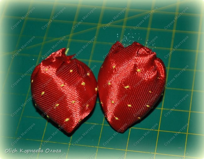 Здравствуйте. В своем мастер-классе я покажу, как изготовить клубничку/земляничку из атласной ленты. Недавно мне понадобилось сделать клубнику. Просмотрела другие мастер-классы по изготовлению клубники, но там использовали атласную ленту шириной 5 см. В моих запасах оказалась лента в два раза уже. Пришлось работать с ней. Я попробовала сделать лист похожий на лист клубники, изготовление цветка и ягоды также отличается. Кому стало интересно, предлагаю изготовить эту яркую ягодку, которую можно носить как заколку или брошку. фото 40