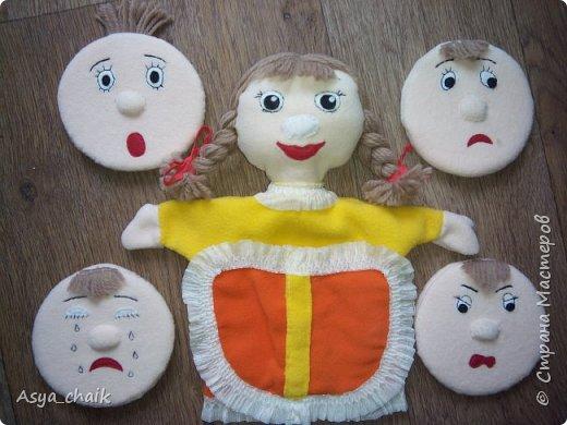 """Опять попросили в саду сделать куколку Бибабо с эмоциями. Основная-радость, сменные: грусть и слезы. Но чего-то разошлась Сделала: радость, удивление, слезы, грусть и злость На лице основной куклы нос из липы, на сменных мордашках с обратной стороны тоже липа пришита. Т.о. лицо """"приклеивается"""" поверх основного.  Для жесткости в лица засунула туристический коврик. Все рожицы убираются в кармашки  (пришлось еще и со спины карман пришивать, т.к. в один все не вмещались)"""