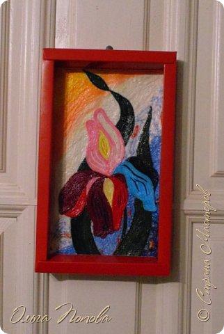 """Этот ирис выполнен из жгутиков, сделанных из цветных салфеток. Фон тоже из цветных и разноцветных салфеток выполнен приёмом """"жатка"""". фото 2"""