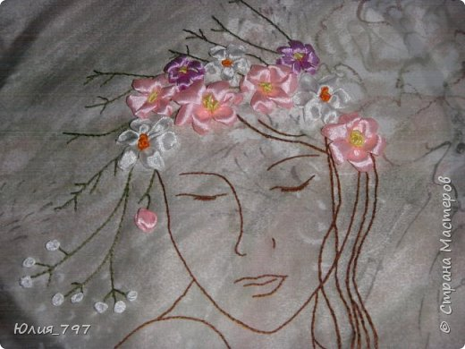 Мой подарок маме на 8е марта. Говорят для мамы самый дорогой подарок - это подарок сделанный своими руками - вот старалась как могла.  Изначально девушка должна была быть с розами на голове, но т.к. я не профессионал, а любитель розы у меня ну не хотят получаться. Бросила мучиться с розами и вышила просто весенний венок. Надеюсь получилось неплохо. фото 3