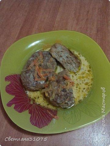 Очень вкусные котлетки и очень полезные. Сегодня приготовила котлетки по рецепту  моей подружки Мариши. Сразу расскажу вам рецепт, так как это такая вкуснотища. Просто обалдеть. Обязательно сделайте  для своих любимых.               Рецепт. 1 кг фарша куриного( можно любой) 1 яйцо. 1 морковка тертая на мелкой терке. 1 крупная луковица мелко порезанная. 300-400 гр цветной капусты мелко по рубленой. Капусту можно чуточку отварить в соленой воде, но можно этого и не делать. Все перемешать, добавить зелень, соль, перец, чеснок по вкусу. Сформировать котлетки и обжарить их до корочки, несколько минут. Затем залить кипятком и тушить минут 20-25. До готовности. Я тушила в сметане. Делала со сметанным соусом. Очень вкусно получилось и главное полезно.  Приятного аппетита!