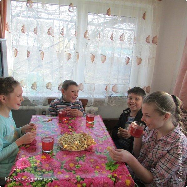 Всем весенний тёплый привет! С Масленницей Вас!!! Очень хочеться рассказать, как мы проводим время на масленичной неделе.... Захотелось в этом году уделить  целую неделю этому интересному русскому празднику,  познакомить детишек с некоторыми традициями, смастерить что-то новенькое и необычное с ними  и конечно же вдоволь налакомиться блинчиками(и не только блинчиками)!!!! Сразу оговорюсь, у нас не получалось строго следовать традициям и отмечать дни Масленницы, как того требует обычай... Мы просто каждый день старались провести весело и незабываемо!!!  На все эти интересности вдохновила меня жительница Страны Мастеров, Галочка http://stranamasterov.ru/user/352927 . Как-то говорит она  мне, - А давай.... А я подумала, а почему бы и нет.... Так что этому человечку особая благодарность !!!  фото 19