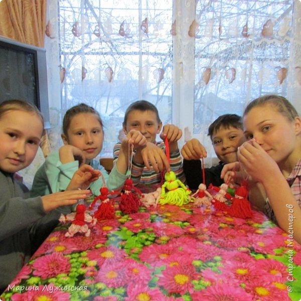 Всем весенний тёплый привет! С Масленницей Вас!!! Очень хочеться рассказать, как мы проводим время на масленичной неделе.... Захотелось в этом году уделить  целую неделю этому интересному русскому празднику,  познакомить детишек с некоторыми традициями, смастерить что-то новенькое и необычное с ними  и конечно же вдоволь налакомиться блинчиками(и не только блинчиками)!!!! Сразу оговорюсь, у нас не получалось строго следовать традициям и отмечать дни Масленницы, как того требует обычай... Мы просто каждый день старались провести весело и незабываемо!!!  На все эти интересности вдохновила меня жительница Страны Мастеров, Галочка http://stranamasterov.ru/user/352927 . Как-то говорит она  мне, - А давай.... А я подумала, а почему бы и нет.... Так что этому человечку особая благодарность !!!  фото 20