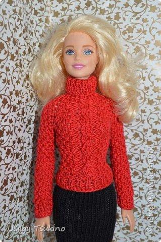Добрый вечер, Страна Мастеров! В моем куклосемействе появилась новая куколка. Это Барби, 2015 года выпуска. Она не шарнирная, но я в полном восторге от ее качества. Раньше я избегала кукол Барби, даже сама не знаю почему? Но, когда купила эту малышку, то вдохновение сразу пришло, и я просто не могу остановится. Все вяжу ей и вяжу. Даже остальные девочки загрустили, что я их отодвинула в сторону. Вот, что пока я хочу вам показать. Шапочка и шарф, пальто и штанишки. Вязалось это еще в январе, так что наряд тогда был актуальным. фото 9