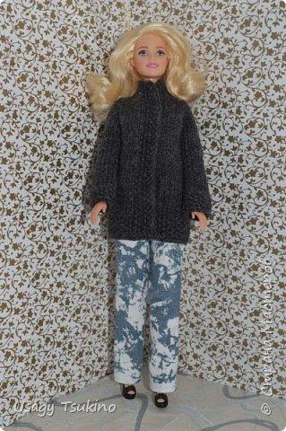 Добрый вечер, Страна Мастеров! В моем куклосемействе появилась новая куколка. Это Барби, 2015 года выпуска. Она не шарнирная, но я в полном восторге от ее качества. Раньше я избегала кукол Барби, даже сама не знаю почему? Но, когда купила эту малышку, то вдохновение сразу пришло, и я просто не могу остановится. Все вяжу ей и вяжу. Даже остальные девочки загрустили, что я их отодвинула в сторону. Вот, что пока я хочу вам показать. Шапочка и шарф, пальто и штанишки. Вязалось это еще в январе, так что наряд тогда был актуальным. фото 2