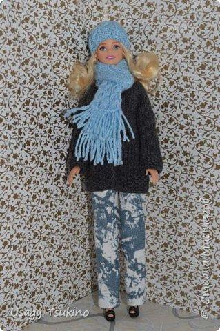 Добрый вечер, Страна Мастеров! В моем куклосемействе появилась новая куколка. Это Барби, 2015 года выпуска. Она не шарнирная, но я в полном восторге от ее качества. Раньше я избегала кукол Барби, даже сама не знаю почему? Но, когда купила эту малышку, то вдохновение сразу пришло, и я просто не могу остановится. Все вяжу ей и вяжу. Даже остальные девочки загрустили, что я их отодвинула в сторону. Вот, что пока я хочу вам показать. Шапочка и шарф, пальто и штанишки. Вязалось это еще в январе, так что наряд тогда был актуальным. фото 1