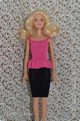 Добрый вечер, Страна Мастеров! В моем куклосемействе появилась новая куколка. Это Барби, 2015 года выпуска. Она не шарнирная, но я в полном восторге от ее качества. Раньше я избегала кукол Барби, даже сама не знаю почему? Но, когда купила эту малышку, то вдохновение сразу пришло, и я просто не могу остановится. Все вяжу ей и вяжу. Даже остальные девочки загрустили, что я их отодвинула в сторону. Вот, что пока я хочу вам показать. Шапочка и шарф, пальто и штанишки. Вязалось это еще в январе, так что наряд тогда был актуальным. фото 4