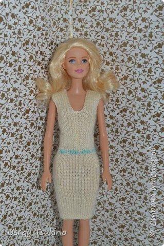 Добрый вечер, Страна Мастеров! В моем куклосемействе появилась новая куколка. Это Барби, 2015 года выпуска. Она не шарнирная, но я в полном восторге от ее качества. Раньше я избегала кукол Барби, даже сама не знаю почему? Но, когда купила эту малышку, то вдохновение сразу пришло, и я просто не могу остановится. Все вяжу ей и вяжу. Даже остальные девочки загрустили, что я их отодвинула в сторону. Вот, что пока я хочу вам показать. Шапочка и шарф, пальто и штанишки. Вязалось это еще в январе, так что наряд тогда был актуальным. фото 6