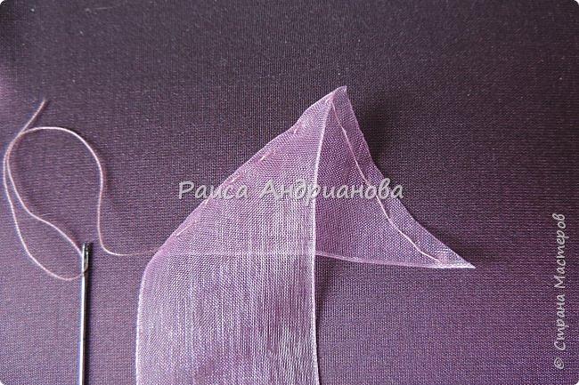 Пышный цветок из органзы. Понадобится: органза( ширина 4см) , ткань( основа для вышивки), нитки. фото 4