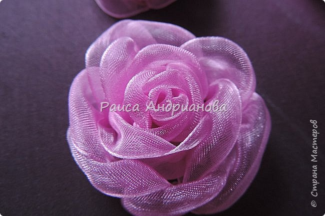 Пышный цветок из органзы. Понадобится: органза( ширина 4см) , ткань( основа для вышивки), нитки. фото 2