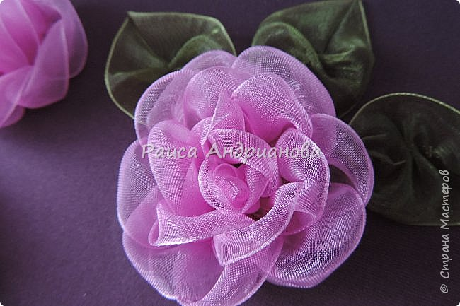 Пышный цветок из органзы. Понадобится: органза( ширина 4см) , ткань( основа для вышивки), нитки. фото 15