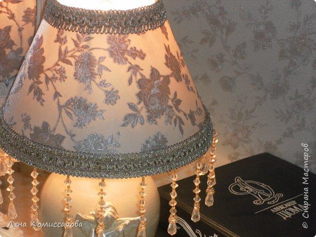 Икеевская лампа. Лампа, да и лампа была....беленькая. Но нет, всё надо переделать под себя. Собрала все остатки...обои, тесьму с бусинами. Перекрасила в тон мебели.   фото 4