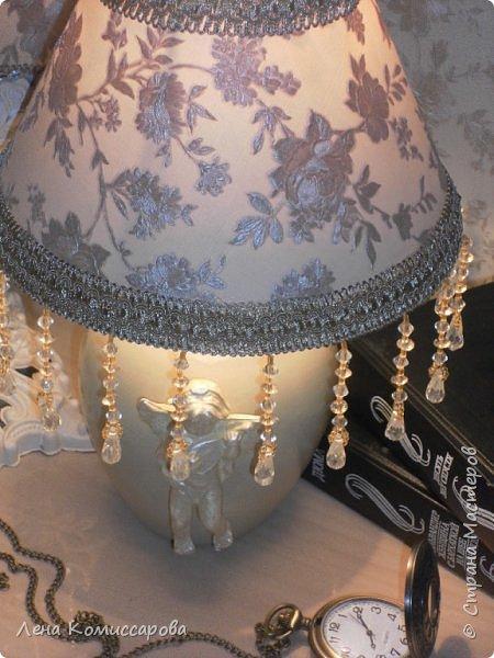 Икеевская лампа. Лампа, да и лампа была....беленькая. Но нет, всё надо переделать под себя. Собрала все остатки...обои, тесьму с бусинами. Перекрасила в тон мебели.   фото 5
