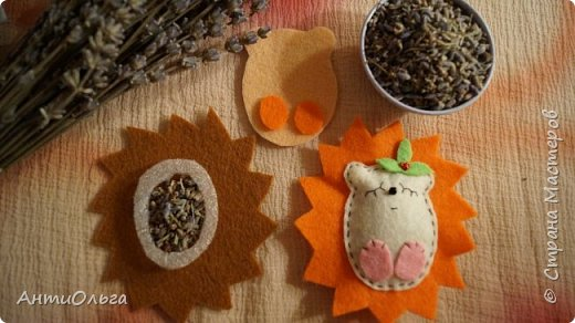 Увидела я как-то австалийского лавандового мишку. Ну так там расписано про него замечательно, что очень мне тоже захотелось что-нибудь ароматное и успокаивающее.  Эти ёжики наполнены семенами лаванды, подойдут и как сувенир и как ароматизатор в машину.  Если запах становится менее заметным - достаточно потереть ёжику пузико. )))  фото 5
