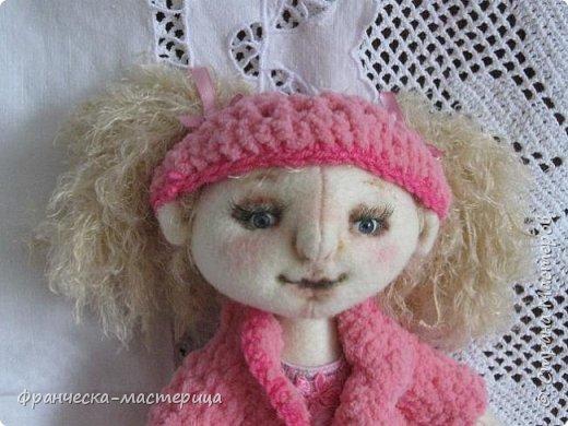 """Привет всем!!! А у меня новиночка - фетровая куколка. Сшилась тушка из фетра телесного цвета. Ручки-ножки на пуговичном креплении. Волосики из пряжи """" травка"""", можно менять причёску. фото 2"""