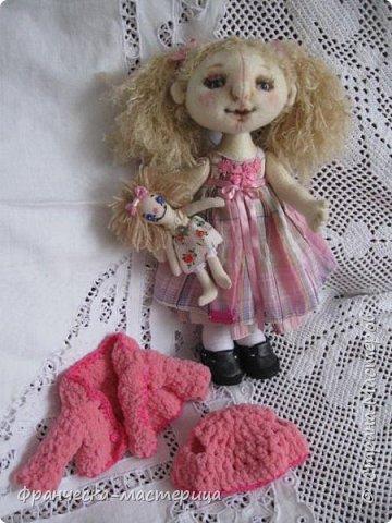 """Привет всем!!! А у меня новиночка - фетровая куколка. Сшилась тушка из фетра телесного цвета. Ручки-ножки на пуговичном креплении. Волосики из пряжи """" травка"""", можно менять причёску. фото 4"""