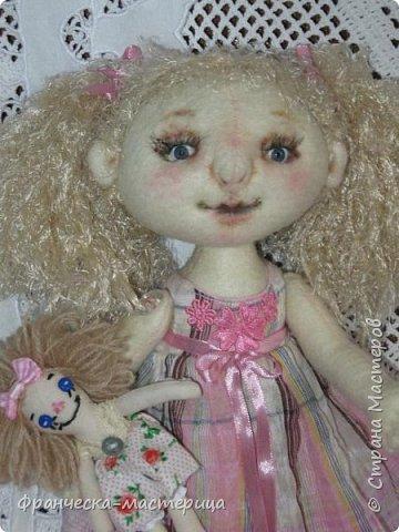 """Привет всем!!! А у меня новиночка - фетровая куколка. Сшилась тушка из фетра телесного цвета. Ручки-ножки на пуговичном креплении. Волосики из пряжи """" травка"""", можно менять причёску. фото 5"""
