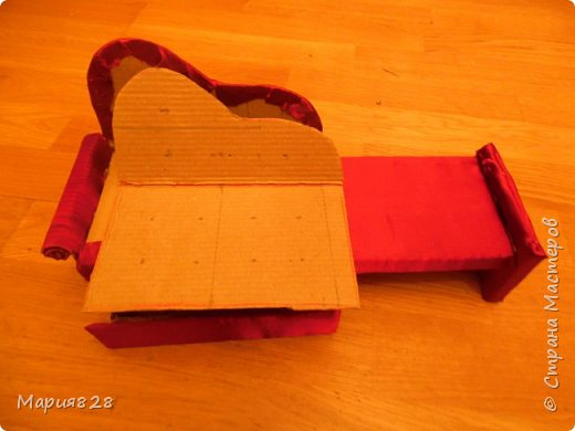 Одного пусть и двуспального дивана куколкам показалось мало, (тем более, что число их, вопреки моему твердому решению, все еще растет). И я решила порадовать наших маленьких жительниц еще одним спальным местом. Основную идею я почерпнула у Timofeevna (http://stranamasterov.ru/node/303330). Кое-какие мелкие детали я немного изменила, так, что решила, что выложить весь процесс в виде МК будет не лишним фото 19