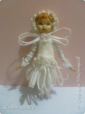 Доброго времени суток всем и Привет из Питера! Сегодня я к вам с новой куколкой из ваты - 14 см. Зовут ее Дюймовочка!  Она нашла своего Принца в стране фей и готова к свадьбе! Пожелаем ей Счастье! В декоре платья я использовала готовые элементы для скрапукинга а также серебреный акрил. фото 3