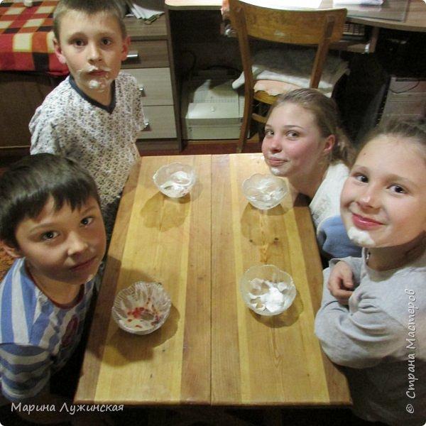 Всем весенний тёплый привет! С Масленницей Вас!!! Очень хочеться рассказать, как мы проводим время на масленичной неделе.... Захотелось в этом году уделить  целую неделю этому интересному русскому празднику,  познакомить детишек с некоторыми традициями, смастерить что-то новенькое и необычное с ними  и конечно же вдоволь налакомиться блинчиками(и не только блинчиками)!!!! Сразу оговорюсь, у нас не получалось строго следовать традициям и отмечать дни Масленницы, как того требует обычай... Мы просто каждый день старались провести весело и незабываемо!!!  На все эти интересности вдохновила меня жительница Страны Мастеров, Галочка http://stranamasterov.ru/user/352927 . Как-то говорит она  мне, - А давай.... А я подумала, а почему бы и нет.... Так что этому человечку особая благодарность !!!  фото 28
