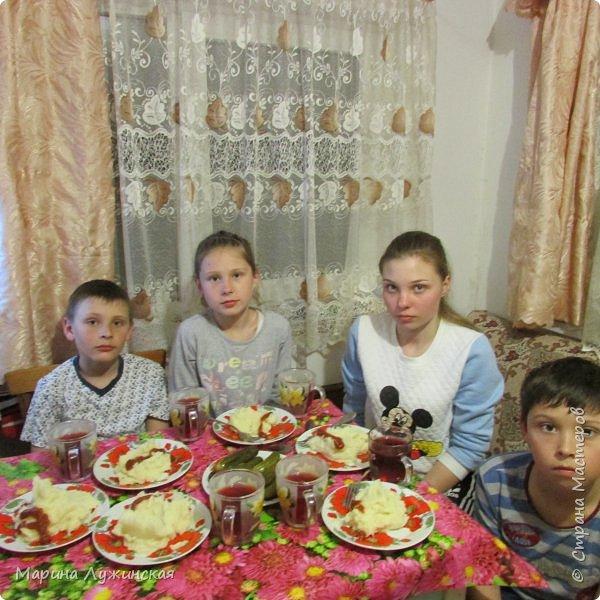 Всем весенний тёплый привет! С Масленницей Вас!!! Очень хочеться рассказать, как мы проводим время на масленичной неделе.... Захотелось в этом году уделить  целую неделю этому интересному русскому празднику,  познакомить детишек с некоторыми традициями, смастерить что-то новенькое и необычное с ними  и конечно же вдоволь налакомиться блинчиками(и не только блинчиками)!!!! Сразу оговорюсь, у нас не получалось строго следовать традициям и отмечать дни Масленницы, как того требует обычай... Мы просто каждый день старались провести весело и незабываемо!!!  На все эти интересности вдохновила меня жительница Страны Мастеров, Галочка http://stranamasterov.ru/user/352927 . Как-то говорит она  мне, - А давай.... А я подумала, а почему бы и нет.... Так что этому человечку особая благодарность !!!  фото 33