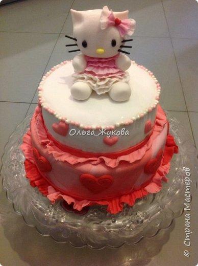 Тортик Китти на день рождения.  Покрытие торта и фигурка из сахарной мастики. фото 2