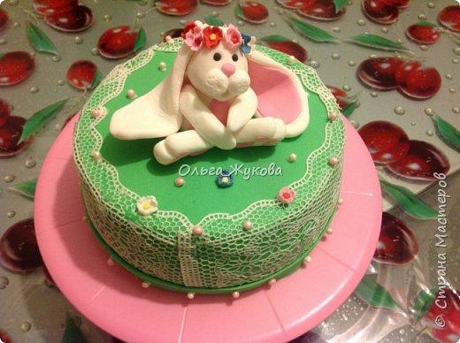 Тортик Китти на день рождения.  Покрытие торта и фигурка из сахарной мастики. фото 3