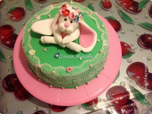 Тортик Китти на день рождения.  Покрытие торта и фигурка из сахарной мастики. фото 4