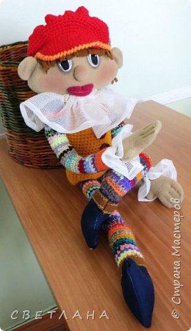 Сегодня я хочу познакомить вас  с  новеньким персонажем. который будет жить в  моем рабочем кабинете. Интрерьерная  кукла - петрушка. фото 3