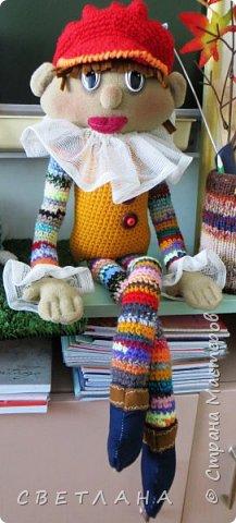 Сегодня я хочу познакомить вас  с  новеньким персонажем. который будет жить в  моем рабочем кабинете. Интрерьерная  кукла - петрушка. фото 7