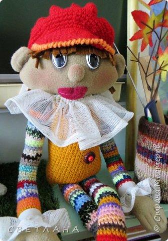 Сегодня я хочу познакомить вас  с  новеньким персонажем. который будет жить в  моем рабочем кабинете. Интрерьерная  кукла - петрушка. фото 8