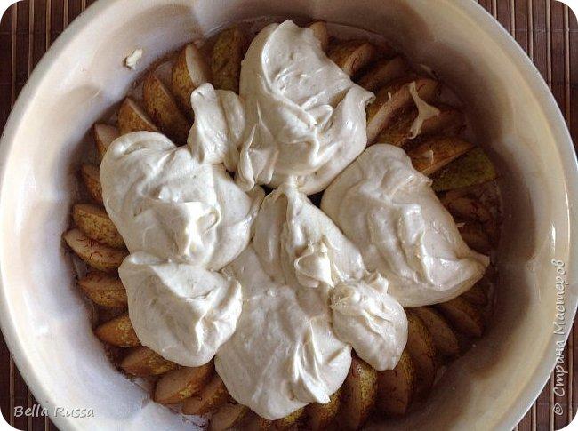 Здравствуйте, дорогие соседи!  Давно не угощала вас чем-нибудь вкусненьким. Исправляюсь.   Сегодня в меню ароматнейший и нежнейший пирог с грушами. Равно хорош этот пирог с персиками. В приготовлении очень прост и всегда удачен! фото 12