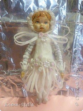 Доброго времени суток всем и Привет из Питера! Сегодня я к вам с новой куколкой из ваты - 14 см. Зовут ее Дюймовочка!  Она нашла своего Принца в стране фей и готова к свадьбе! Пожелаем ей Счастье! В декоре платья я использовала готовые элементы для скрапукинга а также серебреный акрил. фото 9