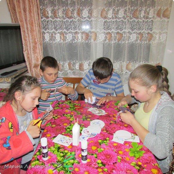 Всем весенний тёплый привет! С Масленницей Вас!!! Очень хочеться рассказать, как мы проводим время на масленичной неделе.... Захотелось в этом году уделить  целую неделю этому интересному русскому празднику,  познакомить детишек с некоторыми традициями, смастерить что-то новенькое и необычное с ними  и конечно же вдоволь налакомиться блинчиками(и не только блинчиками)!!!! Сразу оговорюсь, у нас не получалось строго следовать традициям и отмечать дни Масленницы, как того требует обычай... Мы просто каждый день старались провести весело и незабываемо!!!  На все эти интересности вдохновила меня жительница Страны Мастеров, Галочка http://stranamasterov.ru/user/352927 . Как-то говорит она  мне, - А давай.... А я подумала, а почему бы и нет.... Так что этому человечку особая благодарность !!!  фото 35