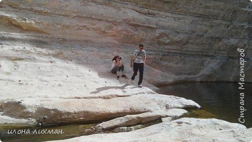 Здравствуйте всем!Впервые публикую фоторепортаж,фотограф из меня на хилую троечку,но эти волшебные места,как будто из сказки про Али Бабу даже я своим неумело фотаньем не могу испортить!Погода у нас сегодня была отличная,24 на солнце,и мы решили пойти путешествовать по пустынный скалам. фото 11